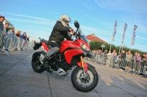 pokazy-profesjonalnej-jazdy-na-motorze